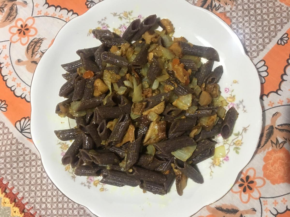 Macarrão com shitake e curry - sem glúten e vegan
